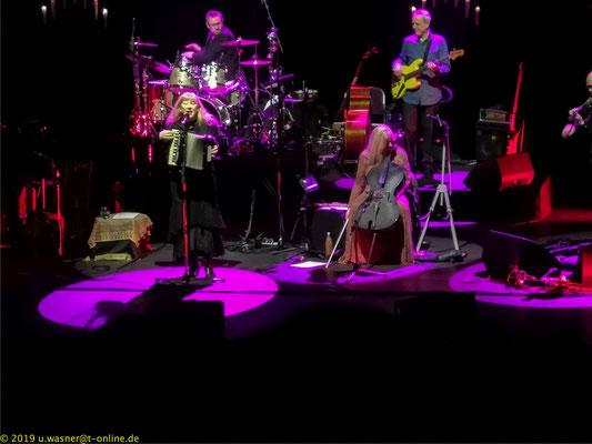 Loreena McKennitt beim Konzert in Bremen (Handyaufnahme)