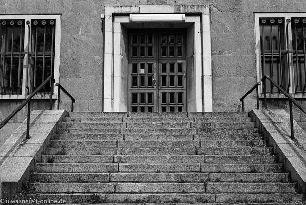 Treppe an einem Nebengebäude am Flughafen Berlin Tempelhof