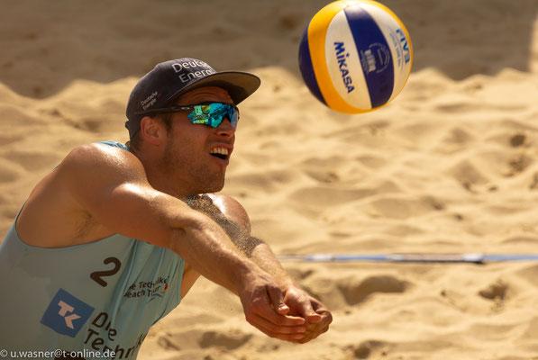 Beachvolleyball Juni 2019 - hier Paul Becker (man achte auf die Spiegelung in der Brille!)