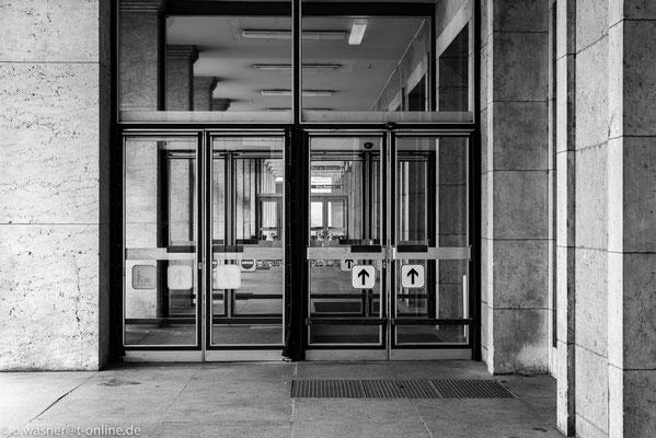 Die Eingangstür zur Haupthalle am Flughafen Berlin Tempelhof