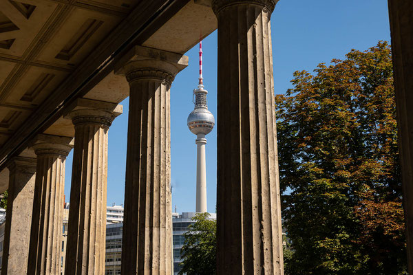 Funkturm am Alex durch die Säulen an der National Galerie 16.8.2020