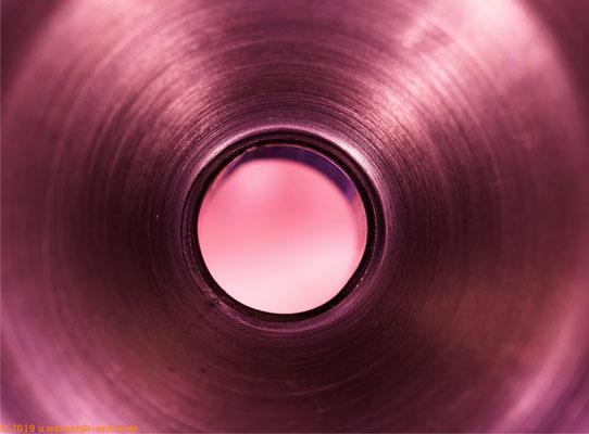 Aufnahme in ein kleines Gefäß mit Loch, farblich verändert