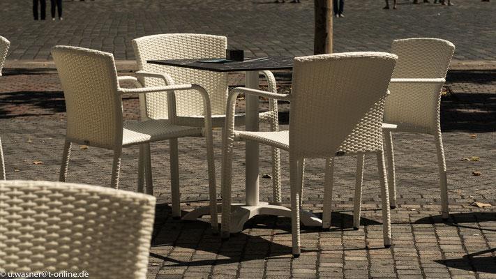 Bitte setzen...Korbstühle am Neumarkt