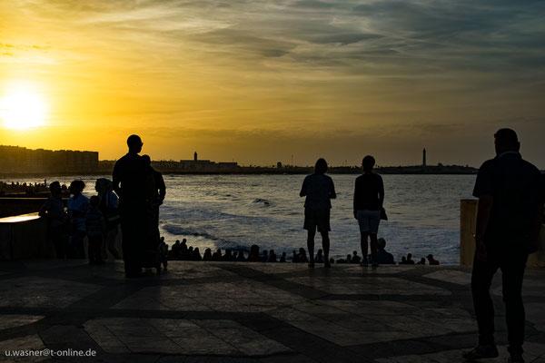 Casablanca, Zuschauer in der Abendsonne an der Hassan-II.-Moschee