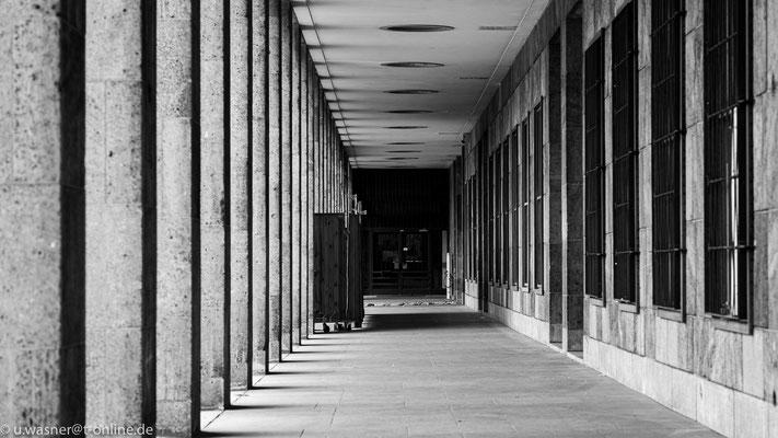 Der Weg zur Haupthalle am Flughafen Berlin Tempelhof