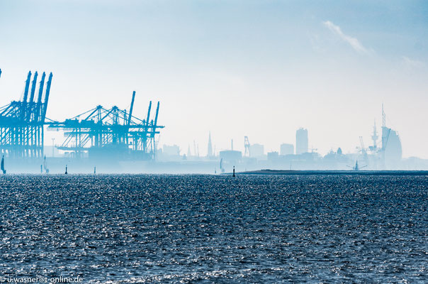 Bremerhaven Skyline im morgendlichem Dunst auf dem Weg nach Helgoland