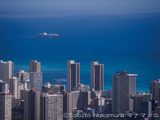 高層ビルの向こうに見える青い青い海