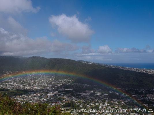 タンタラスの丘展望台から虹を見下ろす