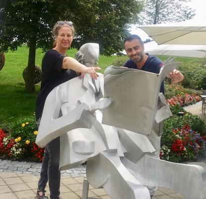 Memo und Stefanie bei den Ausstellungsvorbereitungen im Tertianum