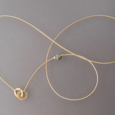 Collier, Silberkugel mit Diamanten, 23kt und 18kt Gold, Polyesterfaden