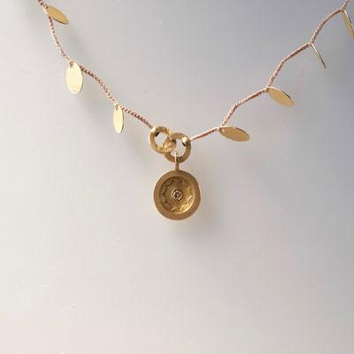 Anhänger an Collier, Plättchen 750er Gold, cognacfarbiger Diamant