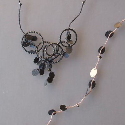 zwei Colliers, geschwärztes Silber, 750er Gold, schwarze Diamanten