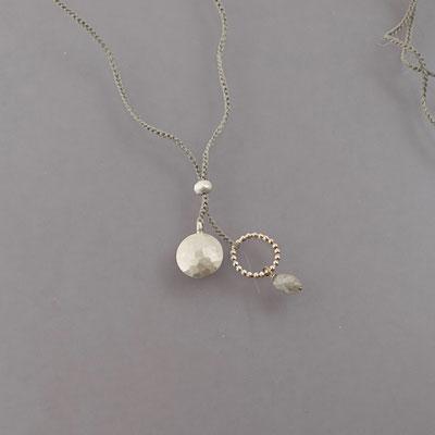 Collier, Silber, gehämmerter Mond, grauer Diamant