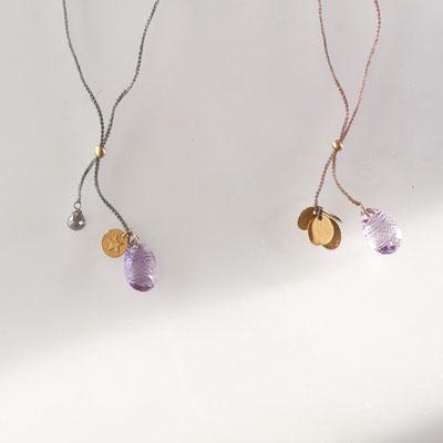 zwei variable Colliers, Plättchen, 750er Gold, gravierte Amethyste, grauer Diamant