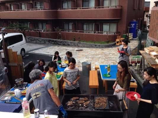 全員揃ってないけど、お肉を焼き始めて食べながら、他のメンバーを待ちます。