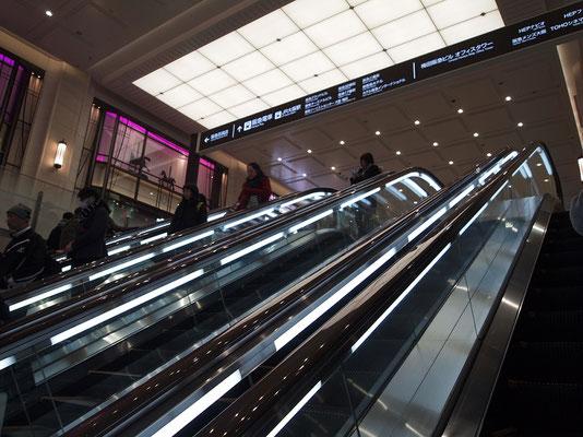 阪急百貨店・地下1階入口前から地上に上がるエスカレーター