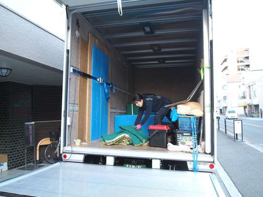 搬入作業が終わって資材を整理する 「ももよ」さん
