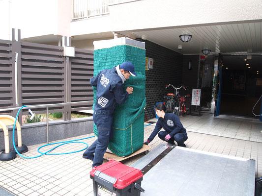 冷蔵庫を台車に載せる作業