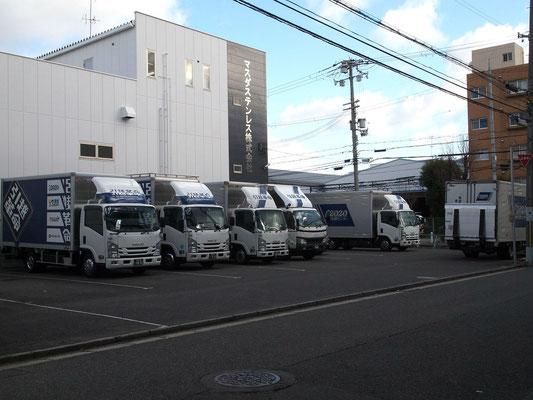 引越革命のトラックが並ぶ駐車場