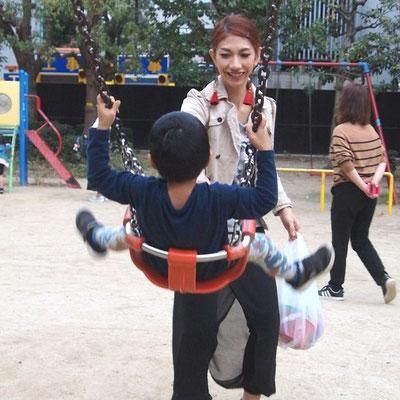 子供を公園で遊ばせる「ゆかさん」