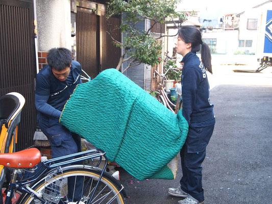 重い荷物運びは2人で協力しながらの作業