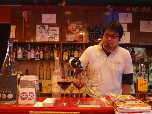 オーストラリア・ワインをグラスに注ぐマスター