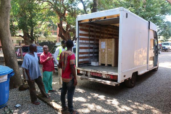Livraison du matériel à l'INSE depuis l'aéroport de Conakry (28 novembre 2019)