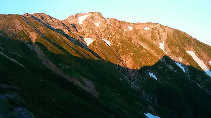 モルゲンロートの五竜岳東面、白岳の影も
