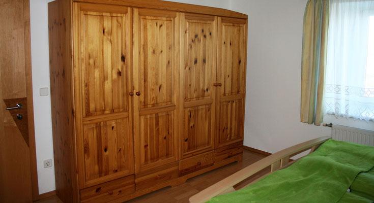Schrank im Doppelbett-Schlafzimmer (c) TVB Böhmerwald