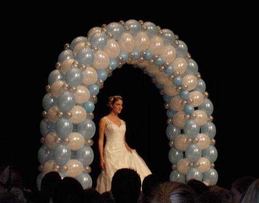 Exklusivbogen als Portal oder Eingang. Hochzeitsmesse.