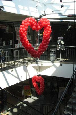 Schwebende Herzen für Kunden die wir lieben. ERTL Einkaufszentrum.