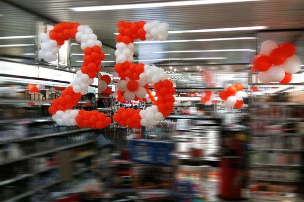 Zum 25. Filialjubiläum riesengroße Zahlen aus vielen kleinen Ballons. Drogerie Müller.