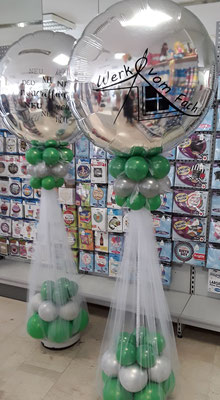 Mit individuellem Plott versehene Riesenfolienballons als Säule im Eingangsbereich. Werk vom Faß.