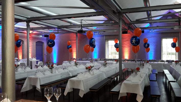 Tischdekoration in Firmenfarben aus Latexballons und mit einem kundenspezifischen Plott versehen. Jahrestagung Hager.