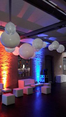 Raumdekoratio bzw. Deckendekoration über einer Lounge. Der besondere Effekt: alle Ballons sind mit einer LED Lampe bestückt und leuchten. Die Farbe kann mit einer Fernbedienung gewählt werden. Hager Jahrestagung.