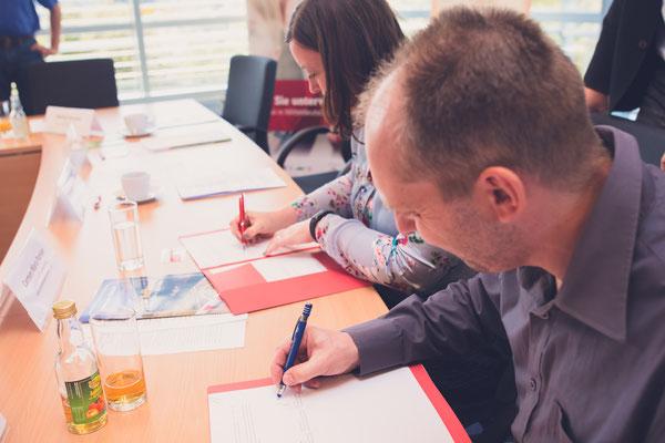 Unterzeichnung des Kooperationsvertrages durch den Vereinsvorsitzenden Avery Kolle