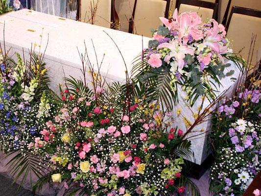 棺を花のリボンで囲みました