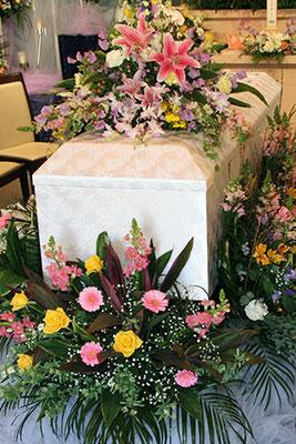 棺まわりも花を飾りました