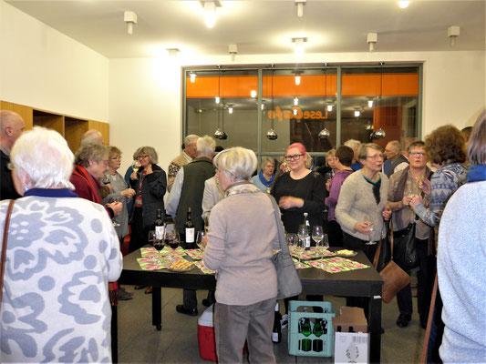 In der Pause bietet der Förderverein seinen Gästen Wein, Wasser und Knabbereien an.