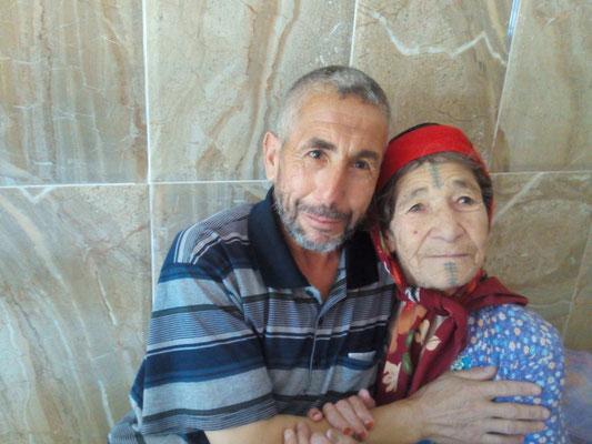 Mohamed ben Belkacem Foufou né quelques semaines après le carnage de Bourihane, et sa grand-tante Aïcha Chaouech (Photo AF 2016