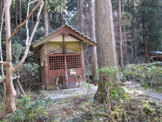かつえ坂で行き倒れた安寿を祀ったという安寿塚の祠