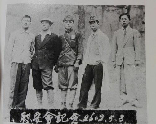 朝鮮人職工と日本人の珍しい記念写真