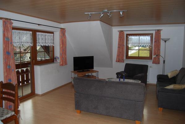 Wohzimmer mit Balkon in der Ferienwohnung im Jörgenhof