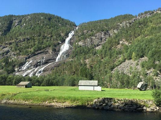 Die Fahrt durch's Tal der Wasserfälle