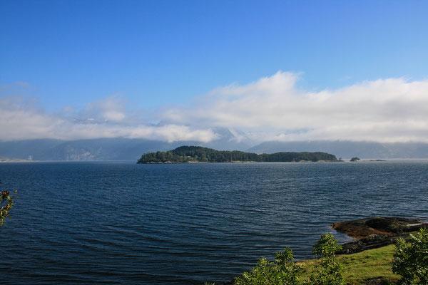 Schöner Wolkendunst über dem Fjord.