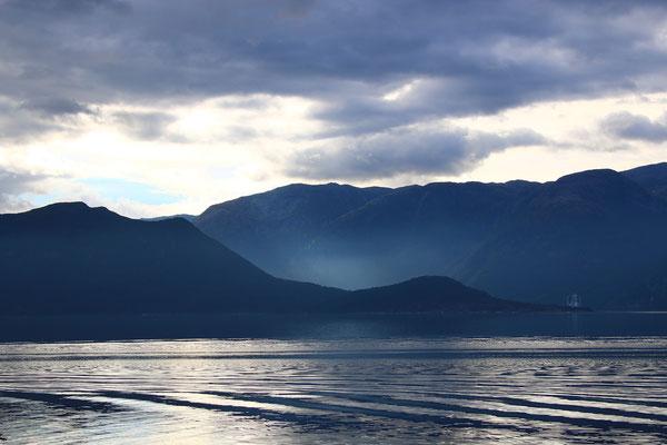 Abends klart es auf und ein seltsamer Dunst erscheint im Nebenfjord