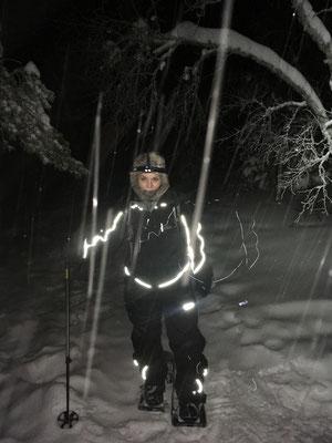 Mit Schneeschuhen durch den nächtlichen Winterwald