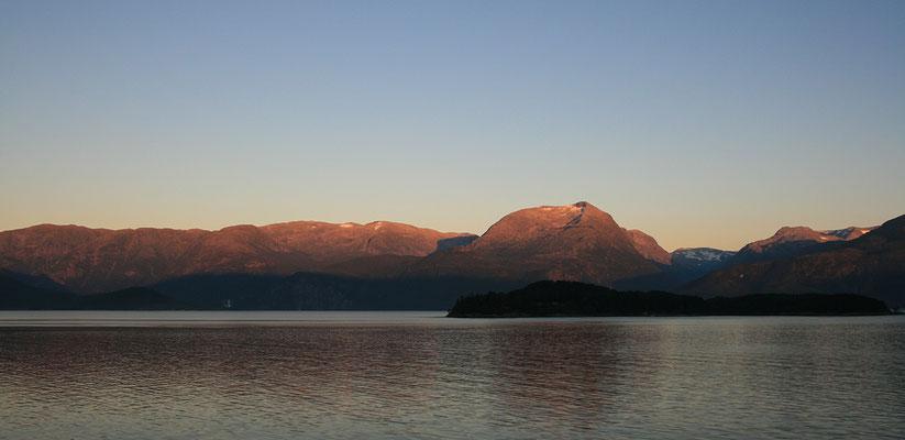 "Abends ""Alpenglühen"" am Fjord"