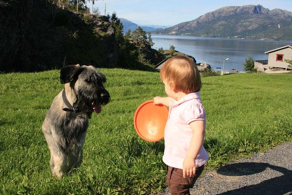 ... während die Damen den Hund bespaßen.