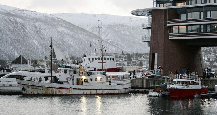 """Links, die etwas angerostete Olaf Ringedal und rechts die kleine """"Senjafjell""""."""